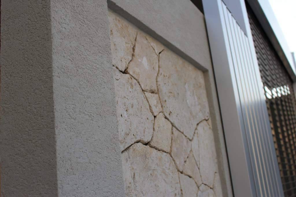 白いブロック塀